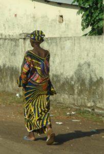 Femme guinéenne marchant dans Conakry
